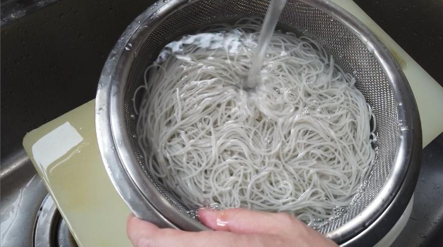 【焼き鯖そうめんレシピ】4.黒ごま素麺はたっぷりのお湯で1分半ゆでます。(その後に煮込むので、あげるタイミングを少し早めにしてください)一度サバを取り出し、そうめんを入れて1分ほど煮込みます。
