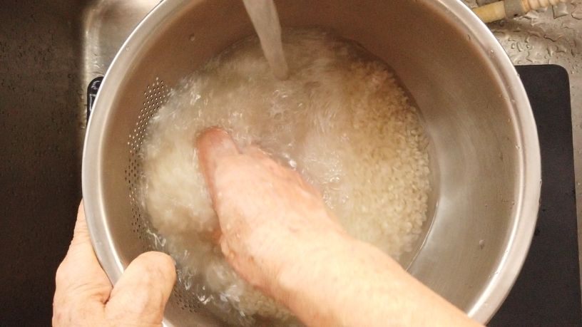 お米を研ぐ