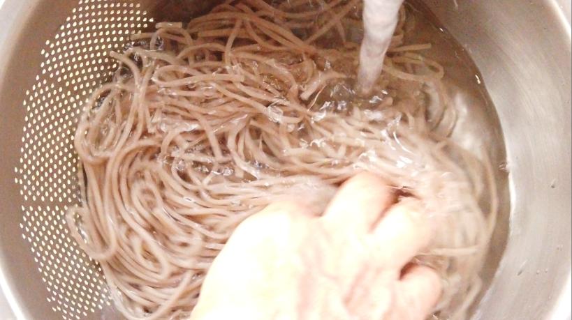 えごま蕎麦はたっぷりのお湯で約4分茹でます。