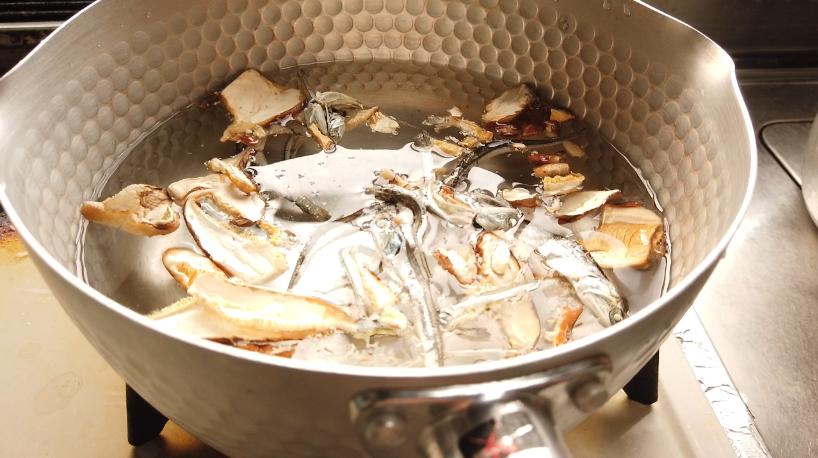 焼き秋刀魚の炊き込みご飯(出汁をとる)
