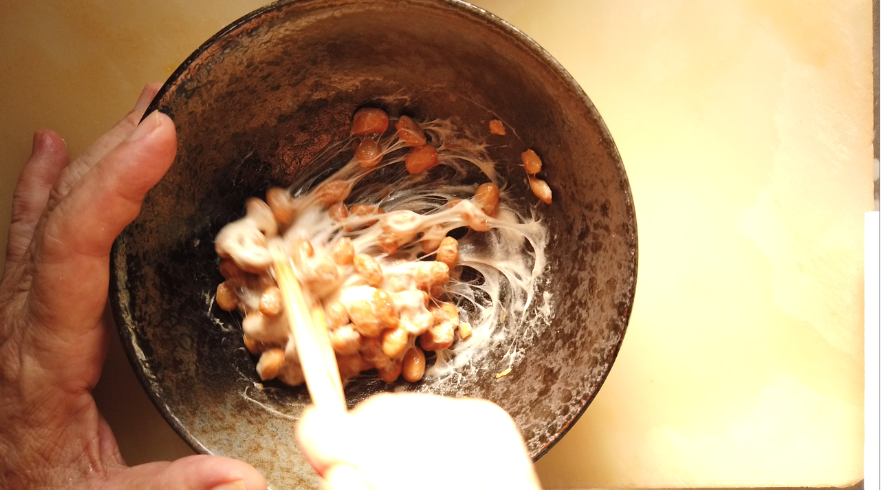 【納豆おろし素麺レシピ】2.納豆をかき混ぜる。