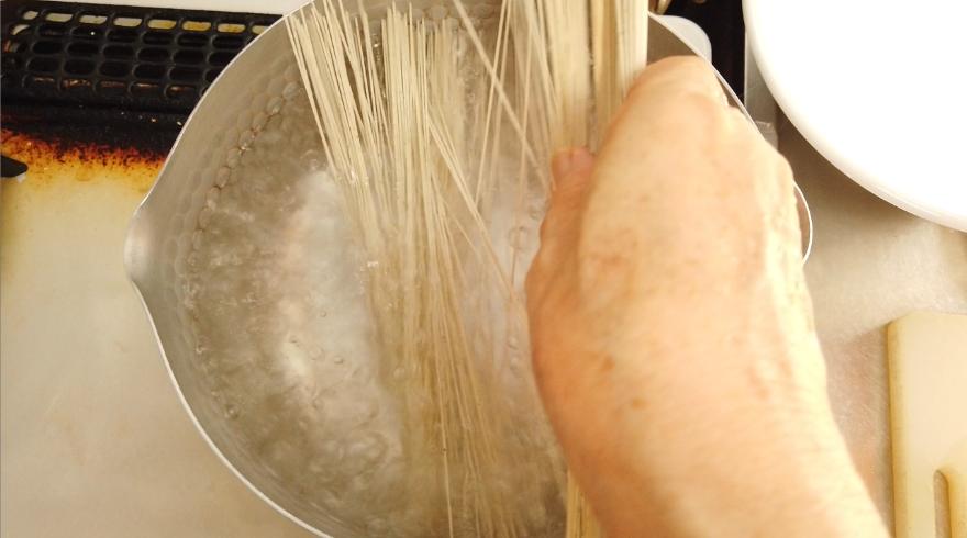 【納豆おろし素麺レシピ】3.黒ごま素麺をたっぷりのお湯で約1分茹でて、水で洗う。