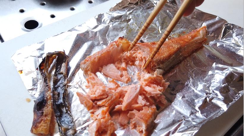 おにぎりの具材の準備(鮭)