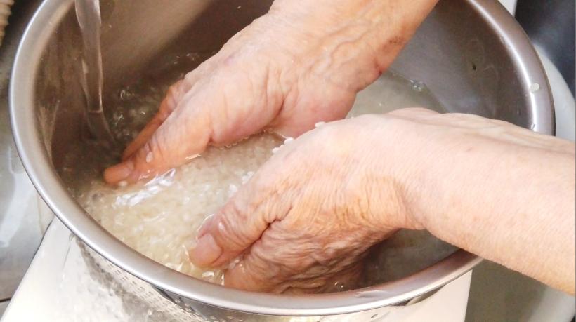 お米を傷つけないようにやさしく洗い、水を手早く取り替えます。