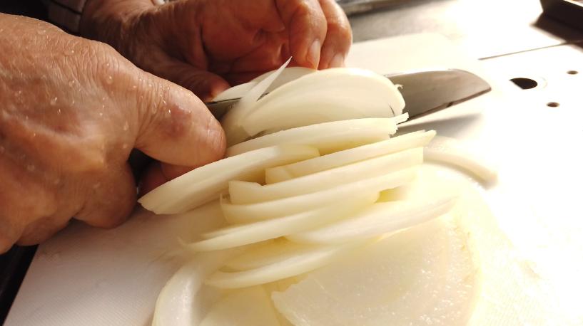 玉ねぎの皮をむき、薄切りにします。