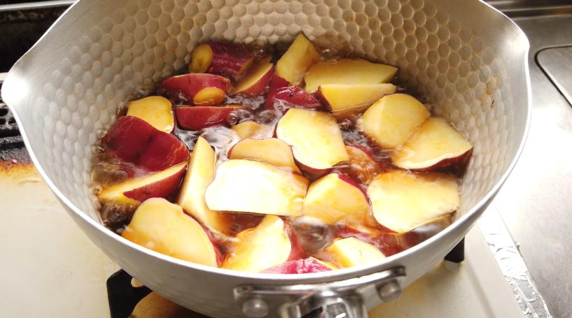 鍋にさつまいも、水、しょうゆ、砂糖、水あめを入れて、沸騰させる。