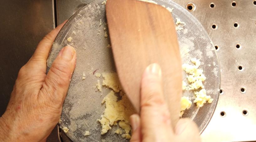 皮をむいて、ボウルに移し麺棒などでつぶした後、裏ごしをします。