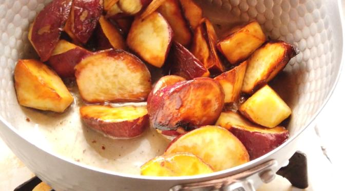4.ハチミツと水を鍋に入れて、弱火で温めます。