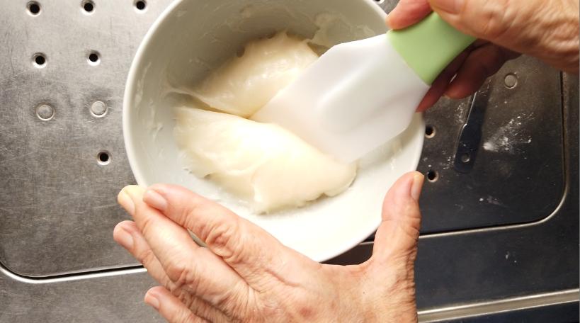 加熱した後、さらに練り、8等分して片栗粉をまぶしたバットに並べて、丸める。