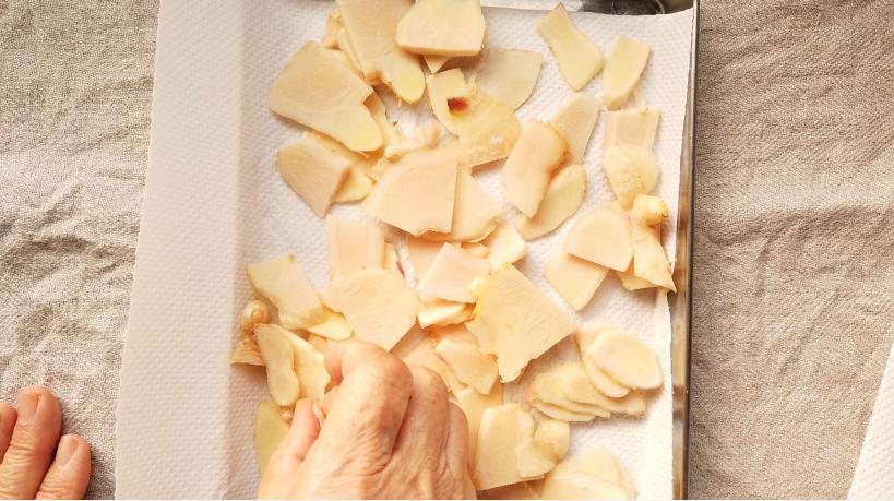 3.キッチンペーパーでスライスした生姜の水気をふき取り、天日に干す。