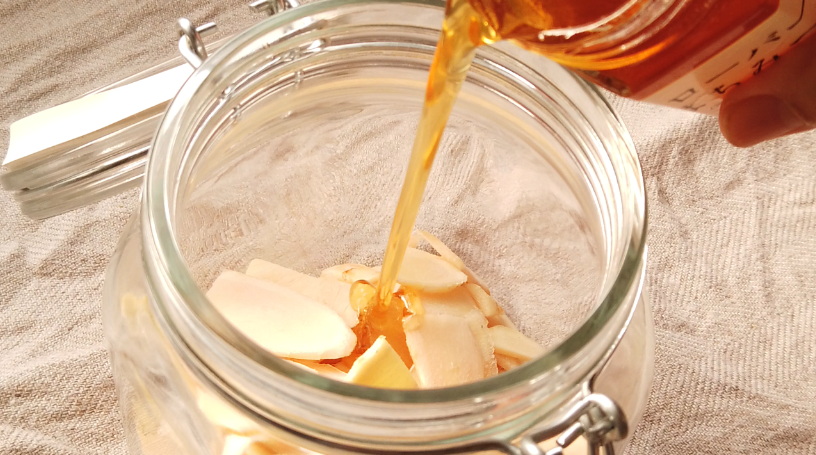 4.煮沸消毒した瓶に、乾燥させた生姜を加え、ハチミツを加えて、出来上がり!
