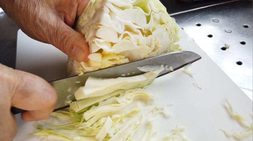 【ソース焼きそばの作り方】1.キャベツを小さめのざく切りにします。