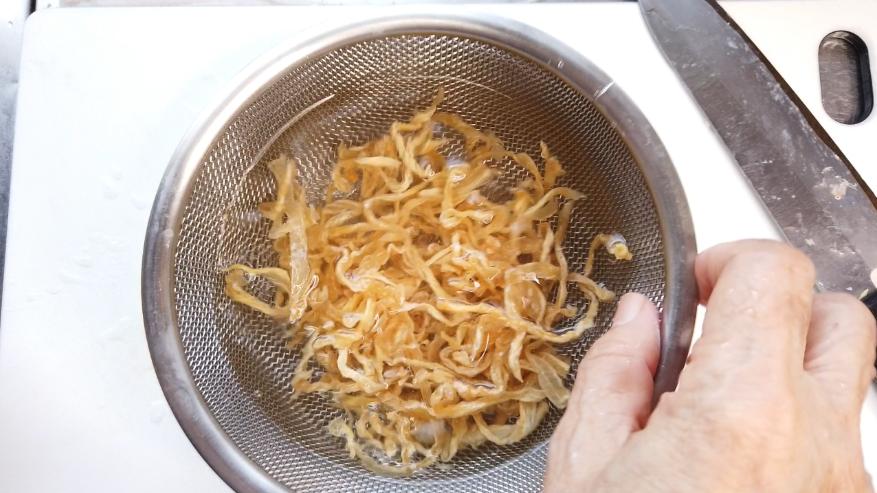 【ソース焼きそばの作り方】3.切り干し大根は、さっと洗って、水気をきります(水分を吸収させないのがポイント)。