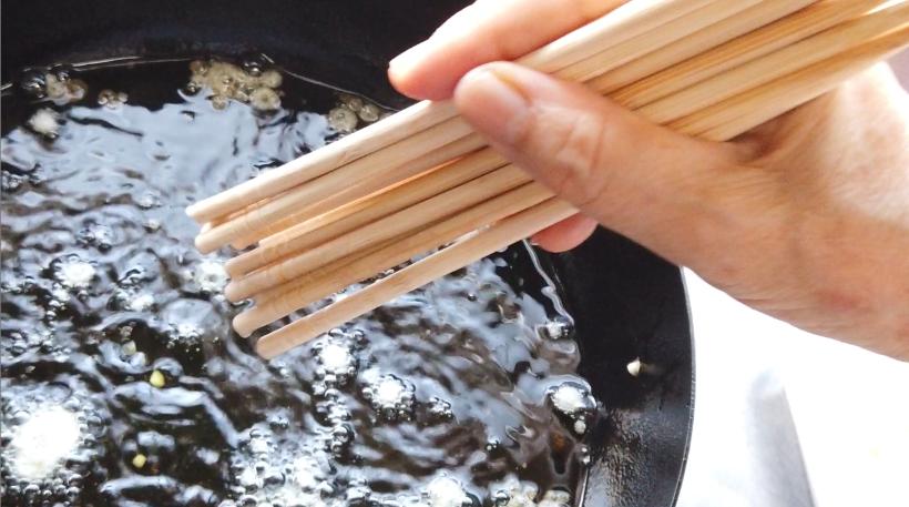 3.フライパンに油(菜種油)を2cmほどの深さになるように加え、(1)に沢山の菜箸を反対に持って衣につけ、油の上から、高い位置からササっと振る。