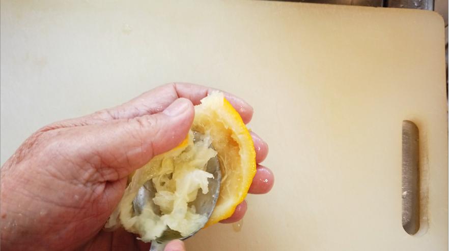 【柚子のマーマレードレシピ1】スプーンで搾った後の果肉や房の部分をそぎ落とします。