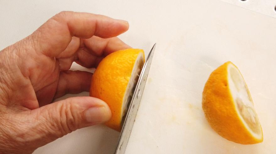 2.柚子を洗い、しっかりキッチンペーパーで水気をふき取る。