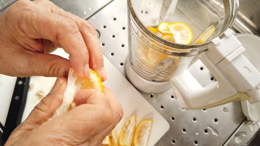 3.柚子は皮ごと一口サイズに切り、種を取り除く。