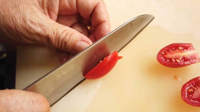 2.ミニトマト(今回はアイコトマト)はへたを取り、縦半分に切る。
