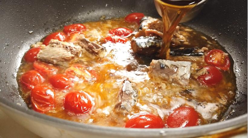 5.麺つゆと水を加える。