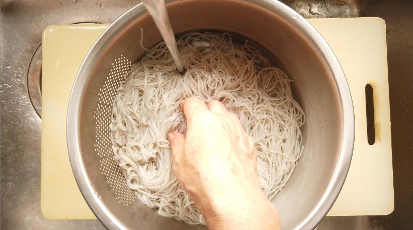 7.黒ごまそうめんはたっぷりのお湯で約1分茹で、ザルにあげ、水で洗い、よく水気を切る。