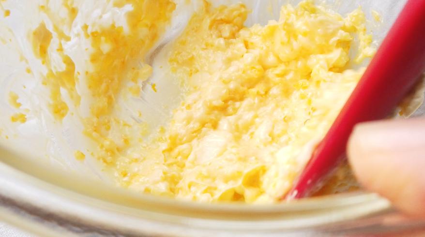 ゆずバターを混ぜ合わせている様子