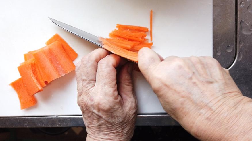 【年越し蕎麦レシピ】2.ごぼう、人参、玉ねぎを千切りにします。