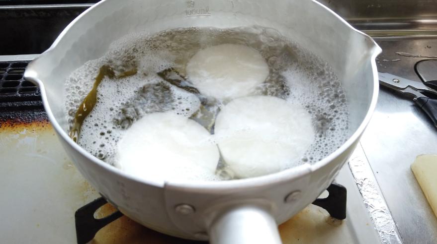 【柚子味噌ふろふき大根レシピ】3.大根が透明になり、昆布の出汁がしっかりと染み込むまで煮ます。