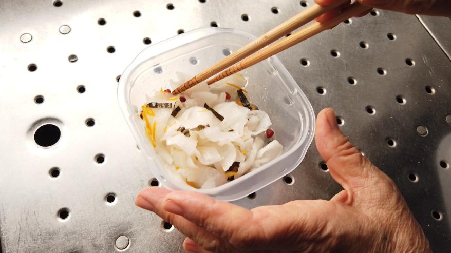 【柚子大根の作り方3】水気を絞った大根に、砂糖・柚子果汁・酢・塩・昆布・鷹の爪・ゆずの皮を加えます。