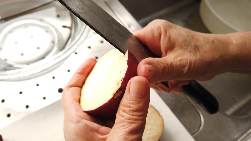 【栗きんとんレシピ1】さつまいもを約3cmの厚さに切って皮を厚く剥きます。