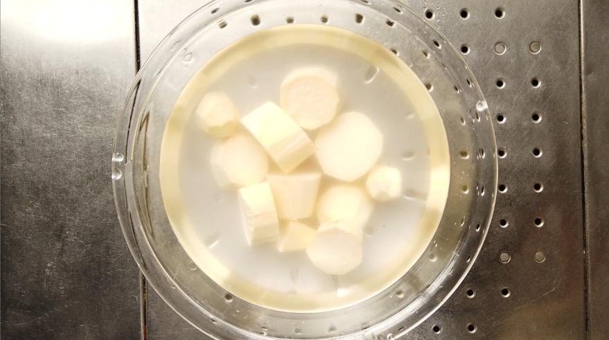 【栗きんとんレシピ1】水にさらして灰汁をむきます。