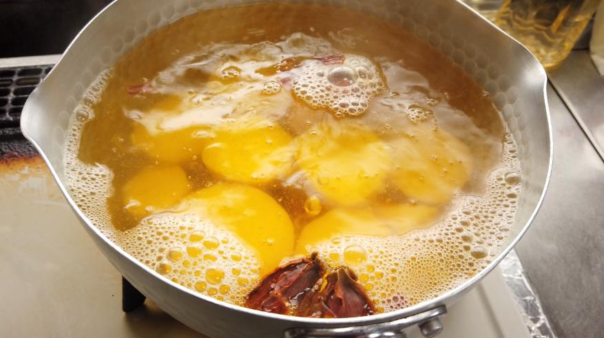 【栗きんとんレシピ2】灰汁を抜いたさつまいもを鍋に入れ、水とくちなしの実(割る)を入れ、中火でやわらかくなるまで煮ます。