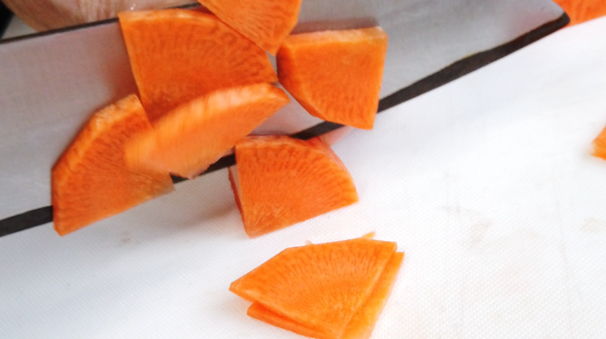 【紅白なますレシピ】1.人参を薄いイチョウ切り(4分の1)に切る。