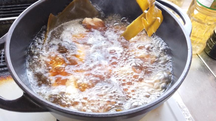 【醤油ちゃんこ鍋の作り方】4.だし昆布を取り出します。