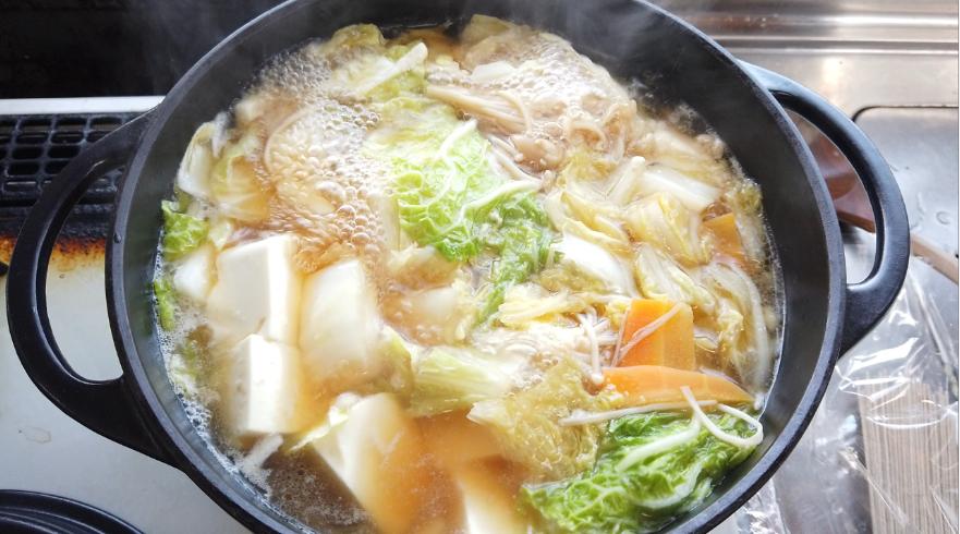 【醤油ちゃんこ鍋の作り方】5.食べやすい大きさに切った白菜、えのきだけ、人参、豆腐を加えて、煮込んだら出来上がり!