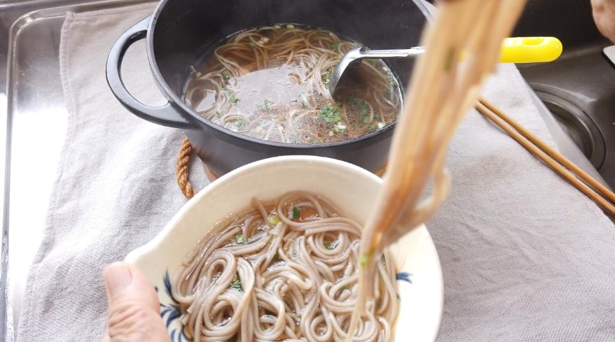 【醤油ちゃんこ鍋の作り方】6.食べ終わった後のシメの麺として、手延べ蕎麦を茹でました。