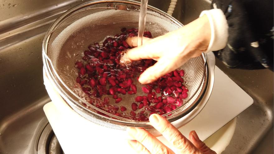 【金時豆の甘煮レシピ】1.金時豆を水洗いします。ボウルに金時豆を入れて、金時豆の4倍量の水を加えて、一晩漬けておきます。