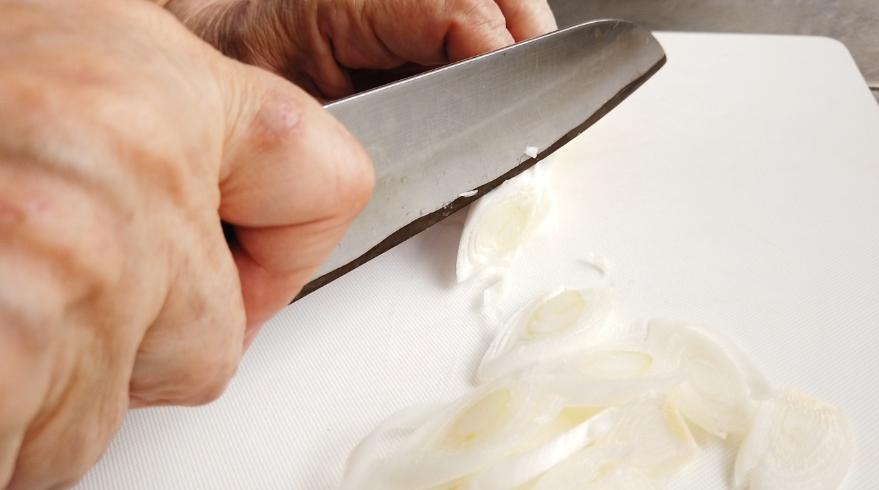 【サバ缶あら汁そうめんレシピ】1.長ねぎは斜め切りにして、生姜は薄くスライスしたものを千切りにして、それを3等分にします。