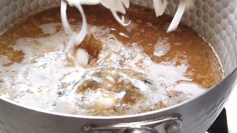 【サバ缶あら汁そうめんレシピ】4.長ねぎと生姜を入れて軽く火が通ったら、スープの出来上がり。