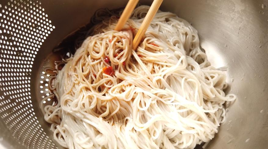 【油そば風そうめんレシピ】5.豚肉と素麺と調味液を和える。