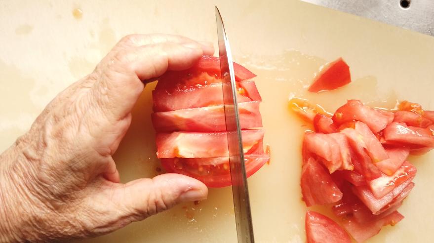 【絶望パスタ風素麺レシピ】トマトはざく切りにします。