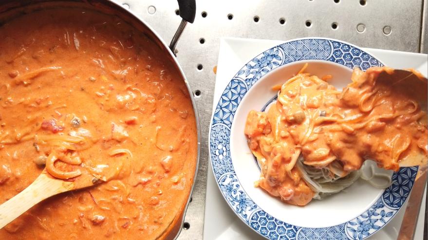 【絶望パスタ風素麺レシピ】11.器に黒ごまそうめんを盛り付け、溢れるくらいにソースをかけて、たっぷりと粉チーズをかけて出来上がり!