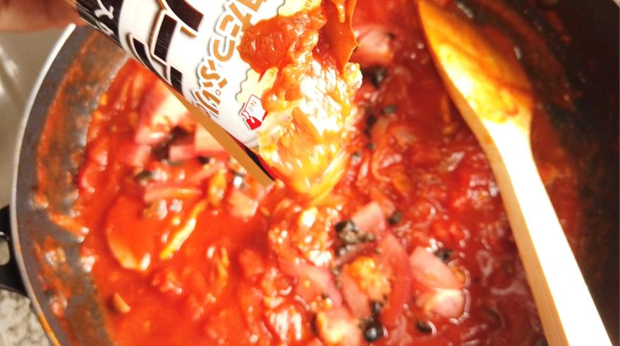 【絶望パスタ風素麺レシピ】7.残りのトマトとブラックオリーブとミートソースを加えて煮込みます。