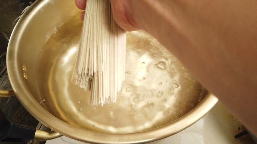 【絶望パスタ風素麺レシピ】8.黒ごまそうめんはたっぷりのお湯で約1分茹でます。