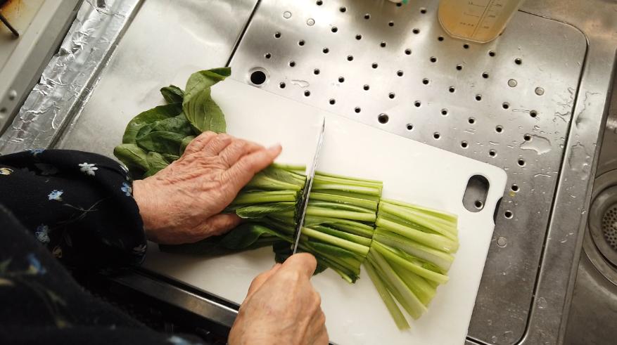 【豆腐と小松菜のたらこ煮レシピ】1.小松菜を4等分にざく切りにします。