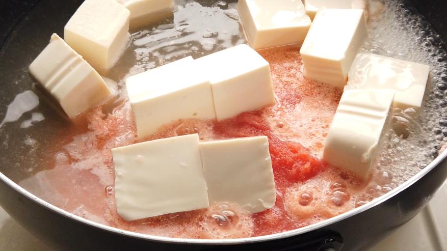 【豆腐と小松菜のたらこ煮レシピ】3.鍋に、だし汁とたらこペースト、豆腐を加えて、フタをして火を通します。