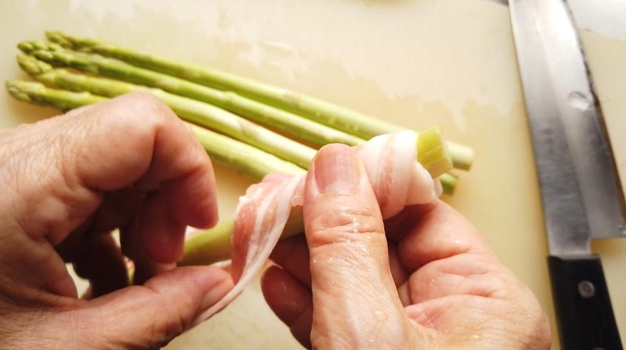 【アスパラの肉巻きレシピ】1.アスパラに豚バラ肉を巻きつける。