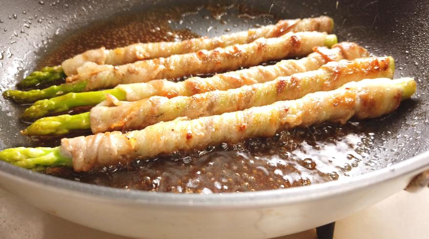 【アスパラの肉巻きレシピ】3.豚肉に火が通ったら、塩コショウをして、酒・みりん・しょうゆを入れ、煮絡める。