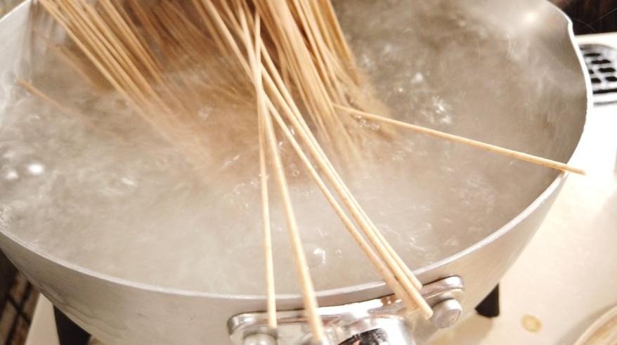【アスパラの肉巻きレシピ】5.えごま蕎麦はたっぷりのお湯で約4分茹でる。