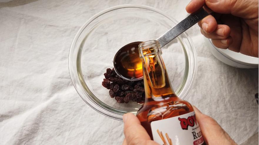 【ラムレーズンレシピ】1.ボウルにレーズンとラム酒を入れて、2時間ほど漬ける。
