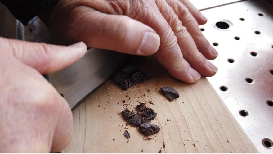 【生チョコレシピ】1.チョコレートを細かく刻む。